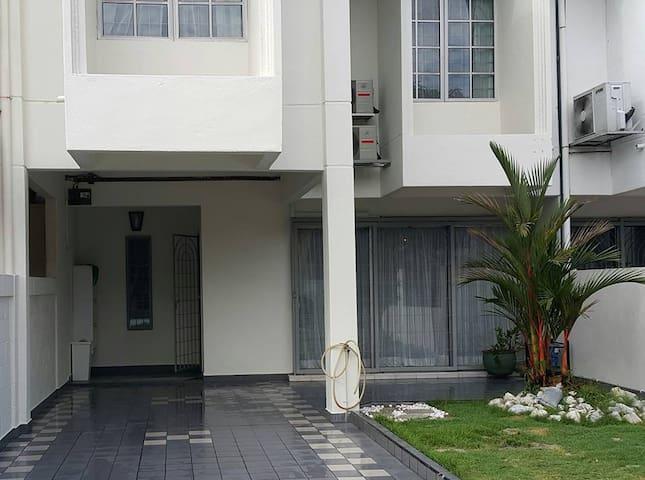 Spacious 2,800 sqft 2 storey link house