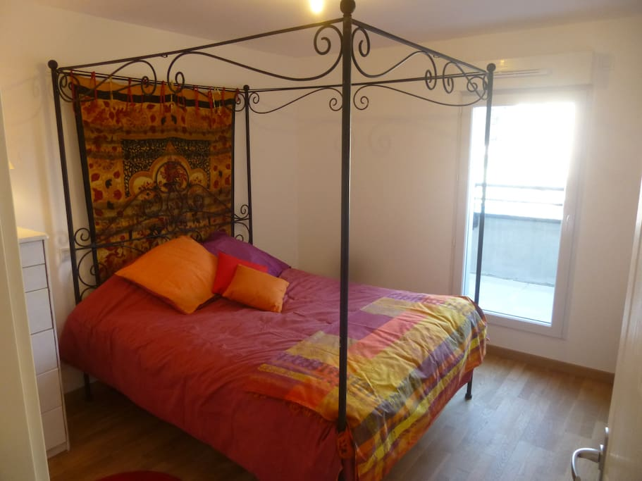 Chambre lit 160/200 qui donne sur la terrasse Est au calme d'une cour intérieure.