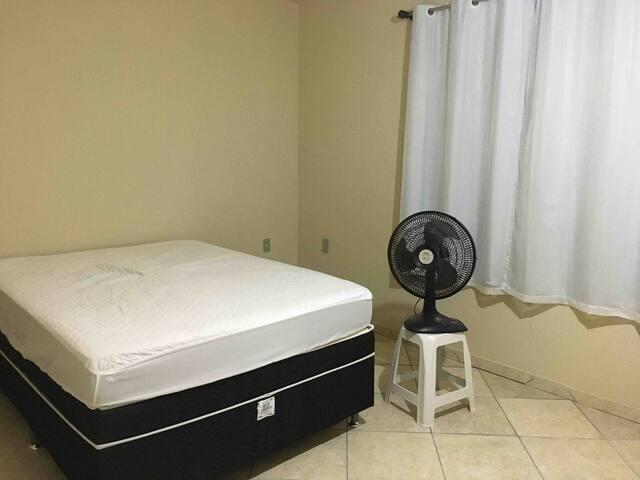 Quarto com vista para a rua, bem ventilado, com cama Box de casal e + 1 colchão de casal.