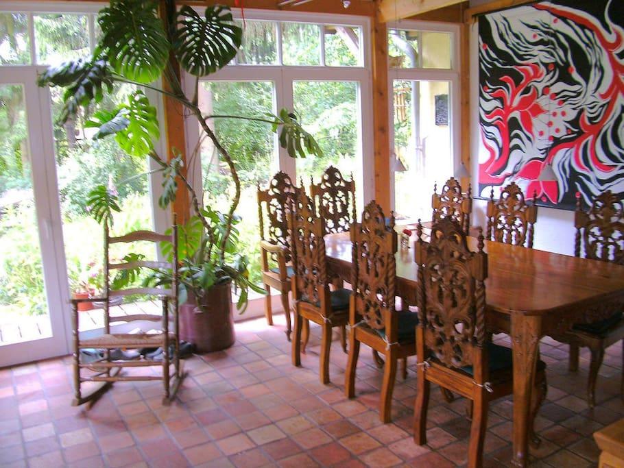 Der private Wintergarten ist auch der Frühstücksraum, der Garten darf mit benutzt werden.