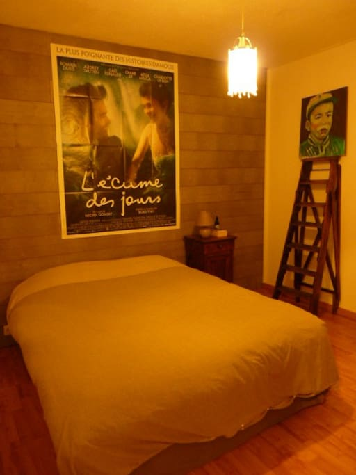 Une des chambres, chaleureuse et confortable.