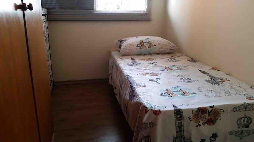 Quarto 2 com cama de solteiro e armário embutido.