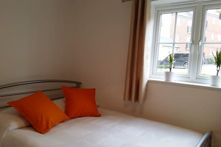 Double bedroom with private bath. - Colchester - Apartment