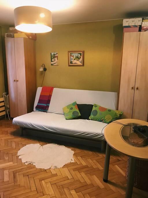 Спальня с диваном, шкафами и выходом на балконом Bedroom and sofa+balcony