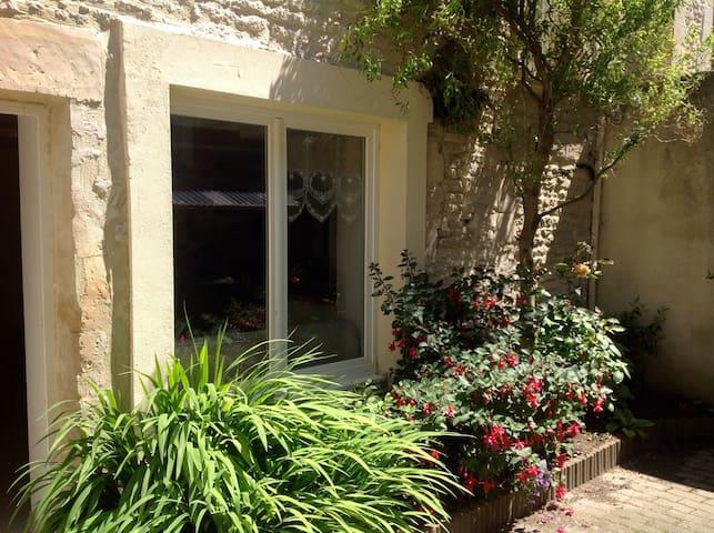 small city house in Bernieres sur M - Bernières-sur-Mer - Casa