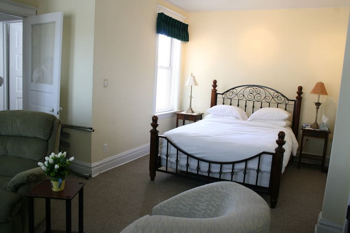 """The Hardscrabble Suite"" 3-R - Chicago - Bed & Breakfast"