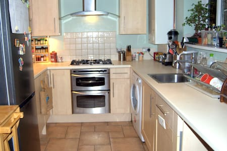 Airy two bed house, lovely back garden - watford