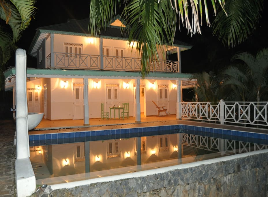 La nuit la Villa s'illumine et se reflète dans le miroir  de la piscine parfaite pour un bain de minuit sous le ciel étoilé.