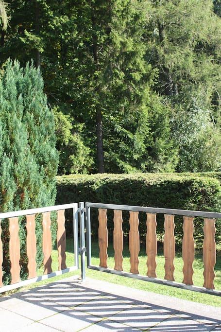Blick von der Terrasse ins Grüne