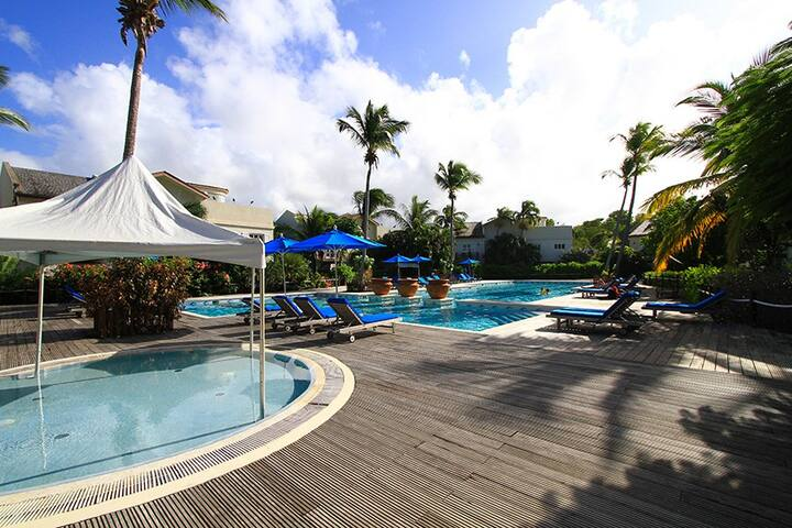 2 bed poolside condo, next to beach, kitesurfing