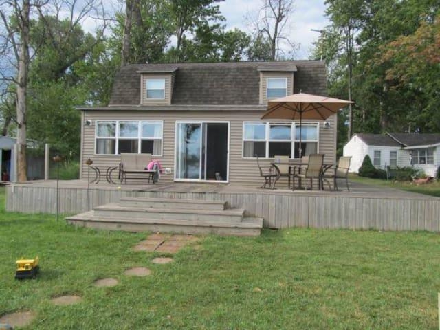 Lakefront Island Cottage - Hudson - Rumah