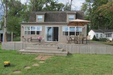 Lakefront Island Cottage - 허드슨(Hudson)