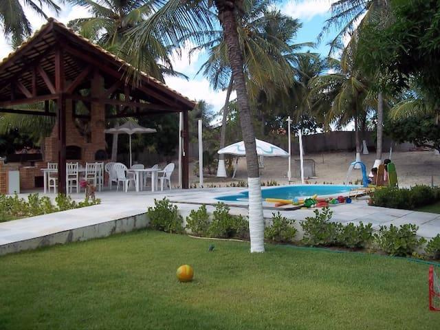 Casa de Praia com 05 suítes, piscina, deck. Uruau.