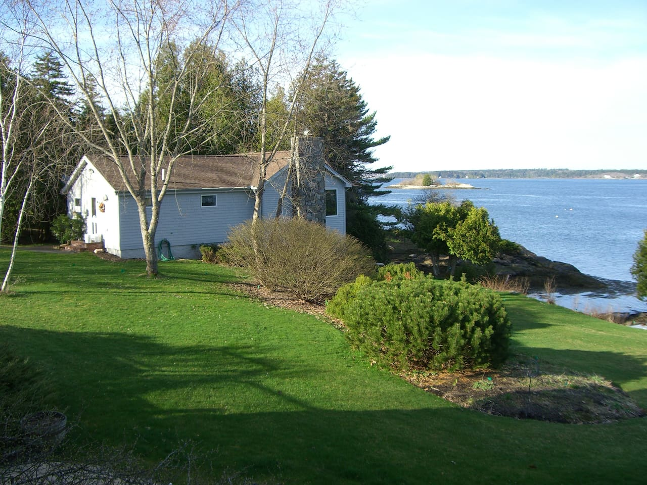 Cottage on water's edge in Maine!  Beautiful sunsets!  Close to 3 beaches!