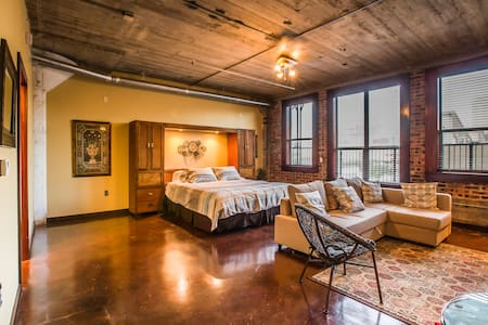 Beautiful Downtown Loft -Walk to GRB! - Houston