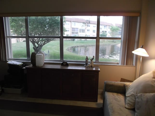 Cozy 1 bedroom overlooking a lake.  - Sunrise - Apartment