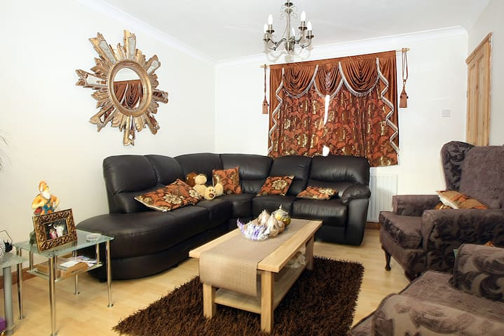 Double bedroom in sunny Slough - Slough - Huis