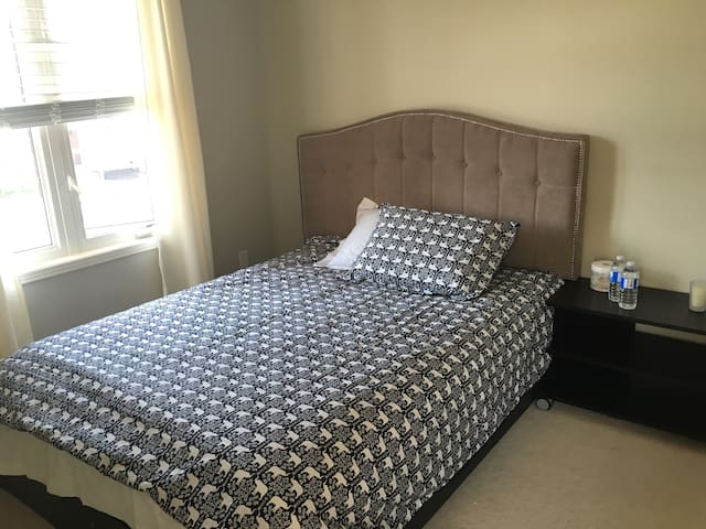 Queen bed W/closet, private bathroom, free parking - Whitchurch-Stouffville - บ้าน