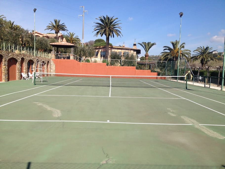 Campo da tennis davanti alla casa