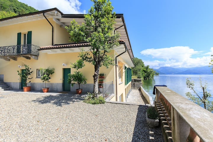 AR - Poetic Lakefront Studio on Lago Maggiore B&B