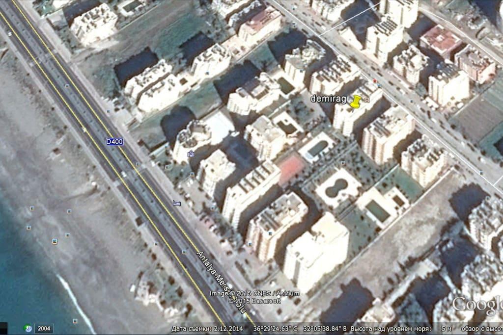Комплекс находится на первой линии от моря, но дом расположен не около трассы, а на главной прогулочной улице Барбаросса