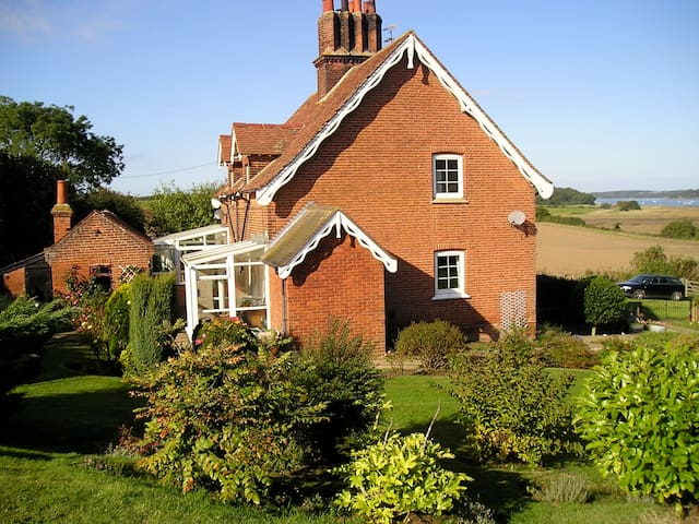 Suffolk country cottage. `Snug, modest not deluxe. - Shotley - House