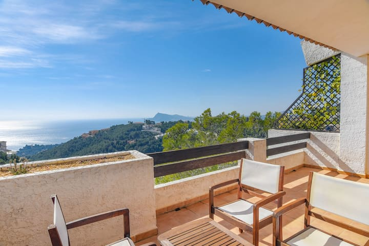 Fantastic semi-detached house with a beautiful view of the sea and Altea