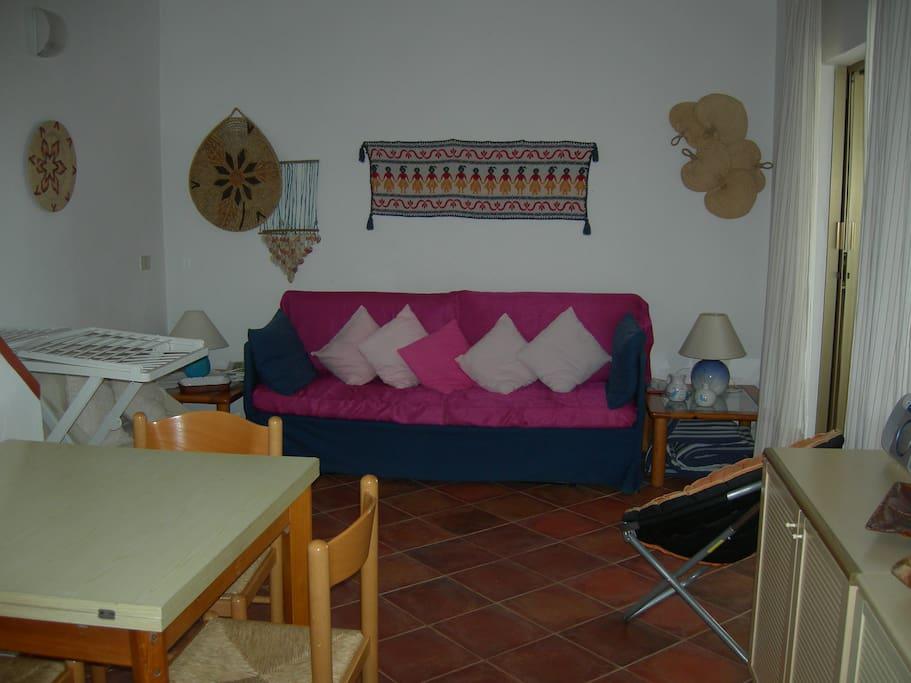 Soggiorno con divano 2 posti letto