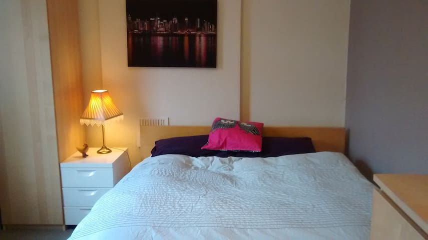 Very large bedroom with comfortable king-size bed. - Stafford - Huis