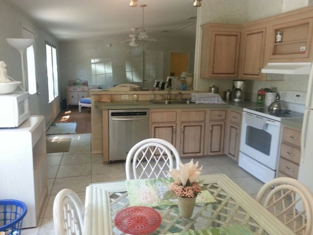 Apartment suite by Atlantic Ocean Beach! GREAT $ - Palm Coast - Apartment