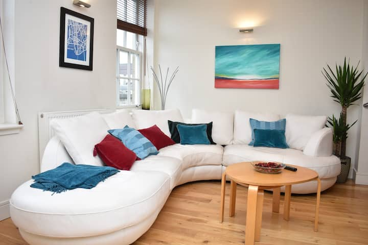 Modern and Bright Apartment close to Princes St!