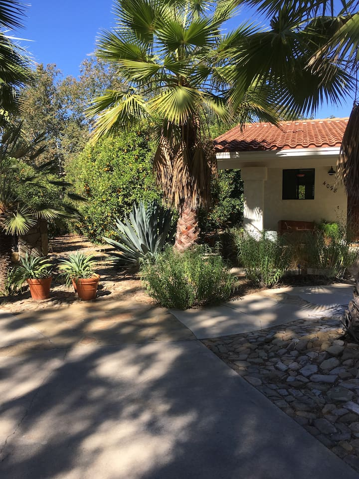 East End Ojai Cottage surrounded by 6 ac orange grove w/private patio garden & private parking for 2 cars, full kitchen, washer/dryer, sleeps up to 4 in serene, secure beauty.  Quiet, stylish, & meticulously maintained. 30 day minimum stay.