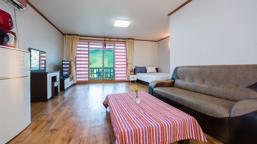 창 밖의 전경을 보며 휴식을 취할 수 있는 중형 크기의 침대 객실