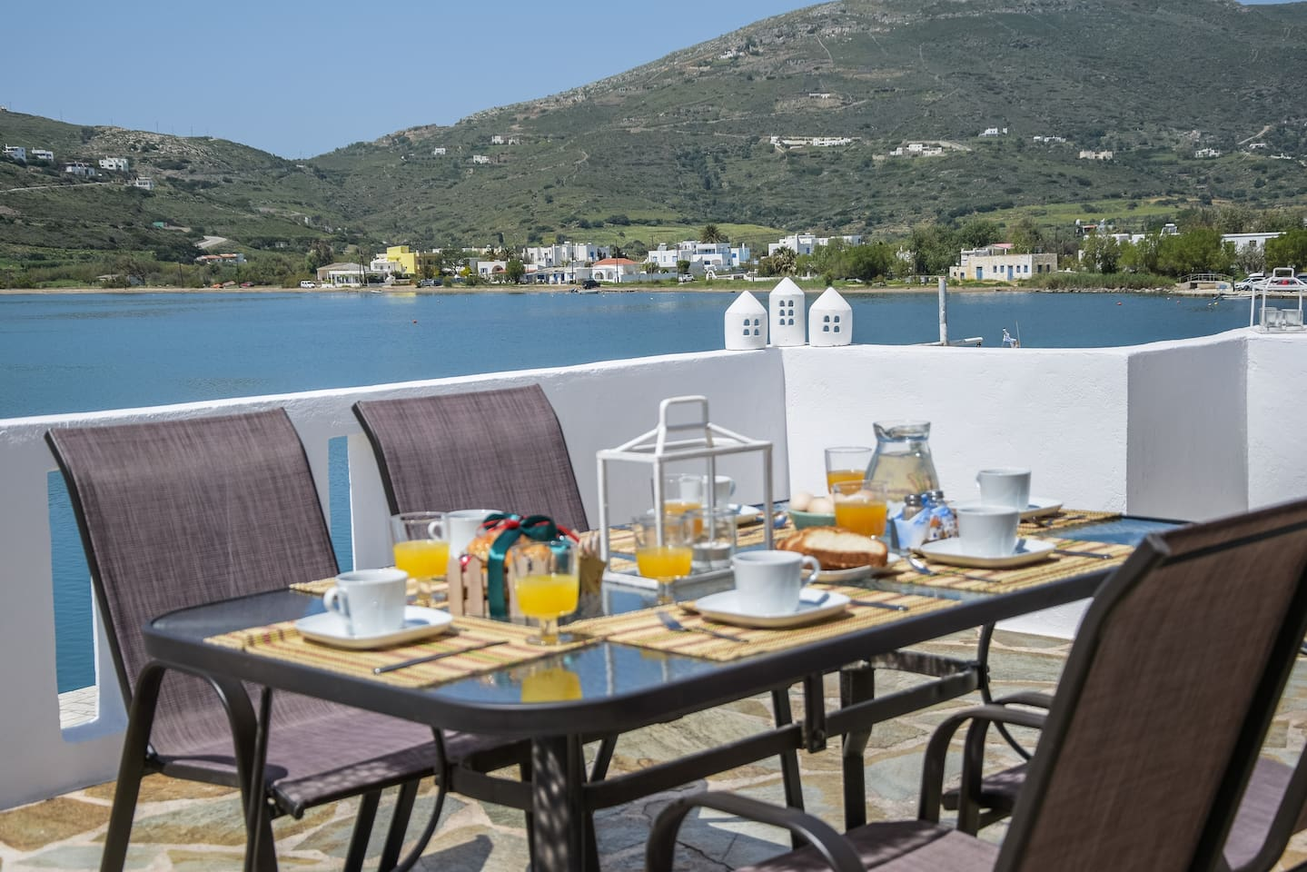 Start the day with breakfast in the sun on your own private veranda. Enjoy the splendid Seaview. Decide what you will do today. No hurry!!! Everything is near you. Beaches, car rentals, public transportation, cafeterias,  grocery stores.