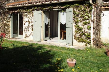 Petite maison de campagne dans parc - Montmeyran - Huis
