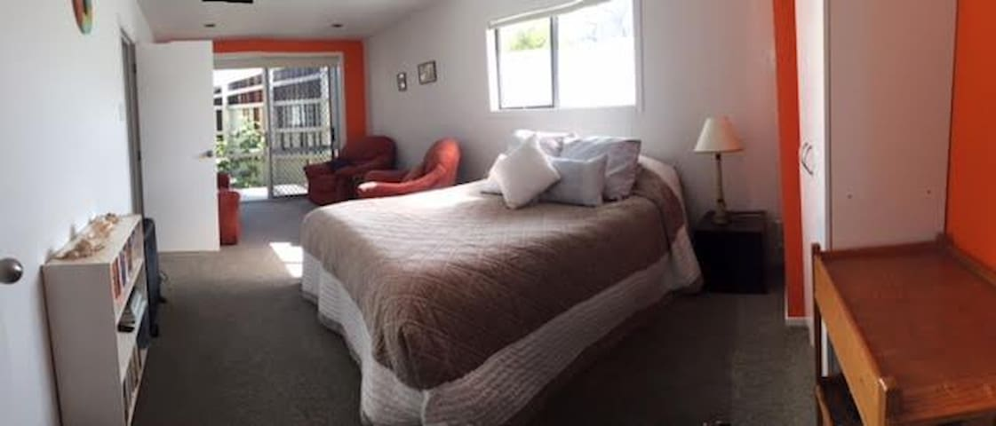 Spacious homely accommodation close to the beach - Whangamata