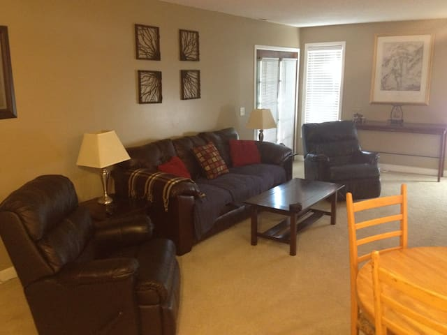 Private 2bd Town Home, w/ Easy Hwy Acess