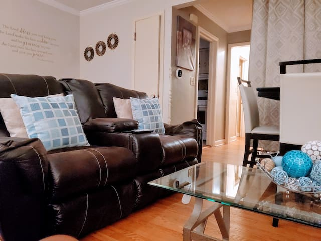 Ultra Clean & Cozy Queen Bedroom For Rent.