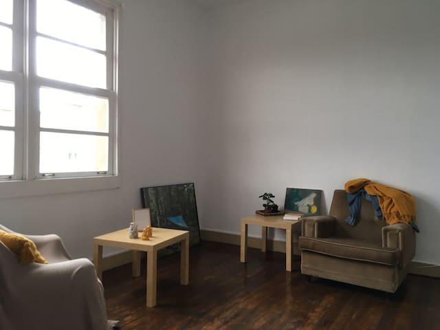 Habitación con salón dentro de murallas