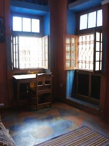 Single/double room with working space - Zanzibár