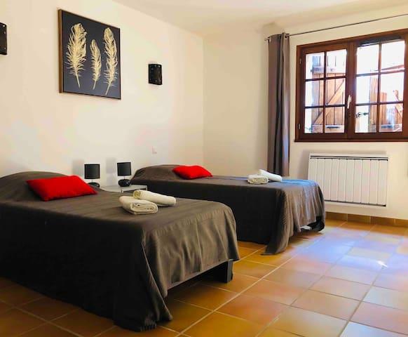 Chambre 1, grande chambre équipée de 2 lits simples en 90 pouvant être réunis en lit king size couchage 180.