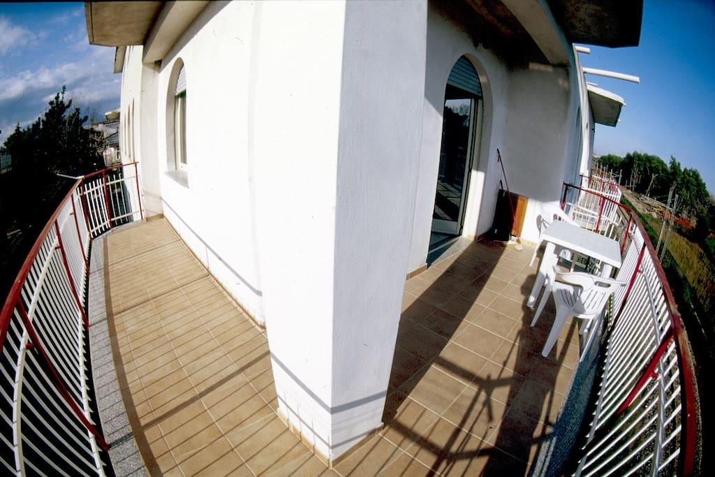 large balcony, beach view - großer Balkon mit Blick aufs Meer und den Pinienwald