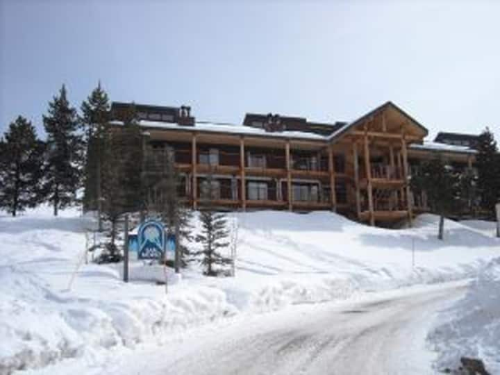Huge Ski in Out Condo 4 Bdrm-Loft- Fireplace-Decks