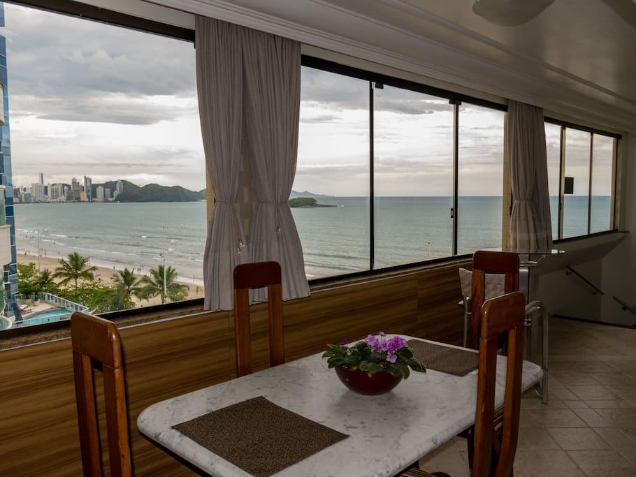 Vista da mesa de jantar com vista frente mar para a Praia de Balneário Camboriú-SC