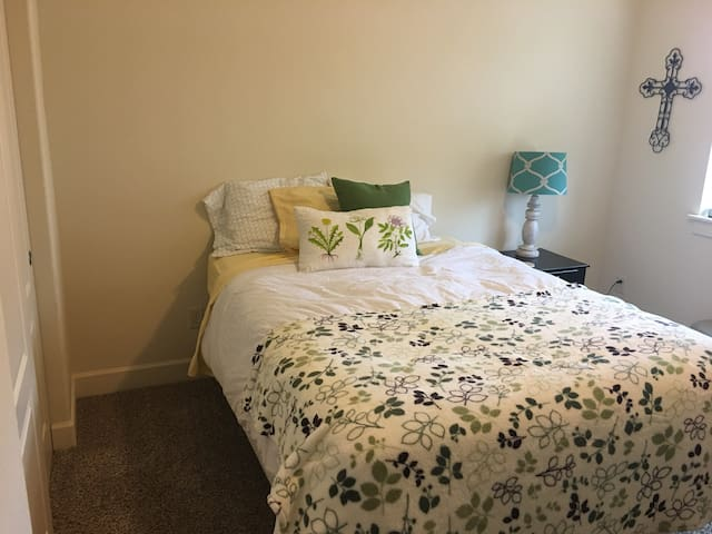 Clean, Brigth Private 1 BR, Close to PDX - Camas - Townhouse