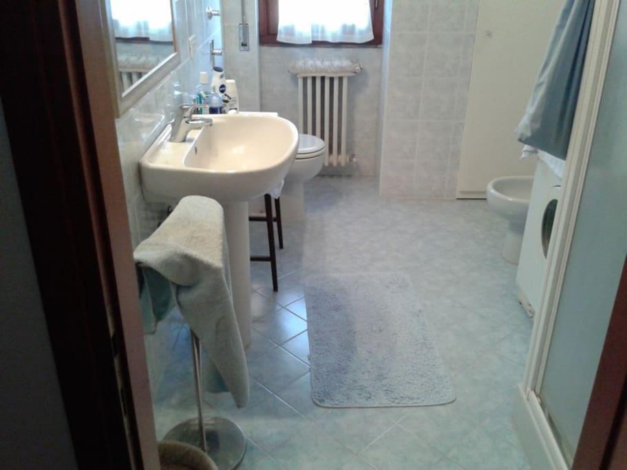Bagno ampio con doccia e lavatrice