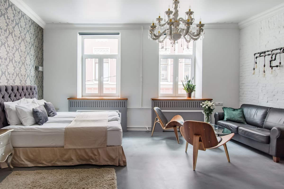 Grafskiy Apartments—Loft in Historic Building in Old City