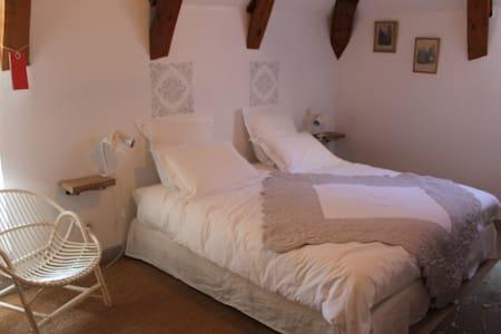 "B&B Ferme des P. ""Chambre Jonquille - Landeyrat - ที่พักพร้อมอาหารเช้า"
