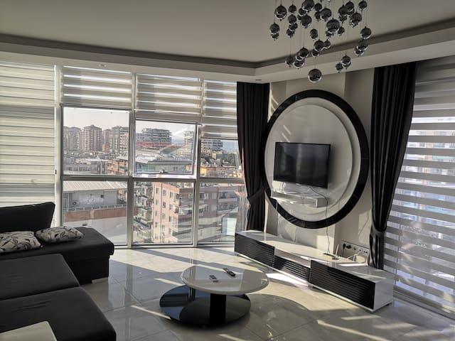 Гостиная с видом на море. Панарамные окна. Выход на большой балкон. Гостинная совмещенная с кухней. Смарт телевизор, есть YouTube.