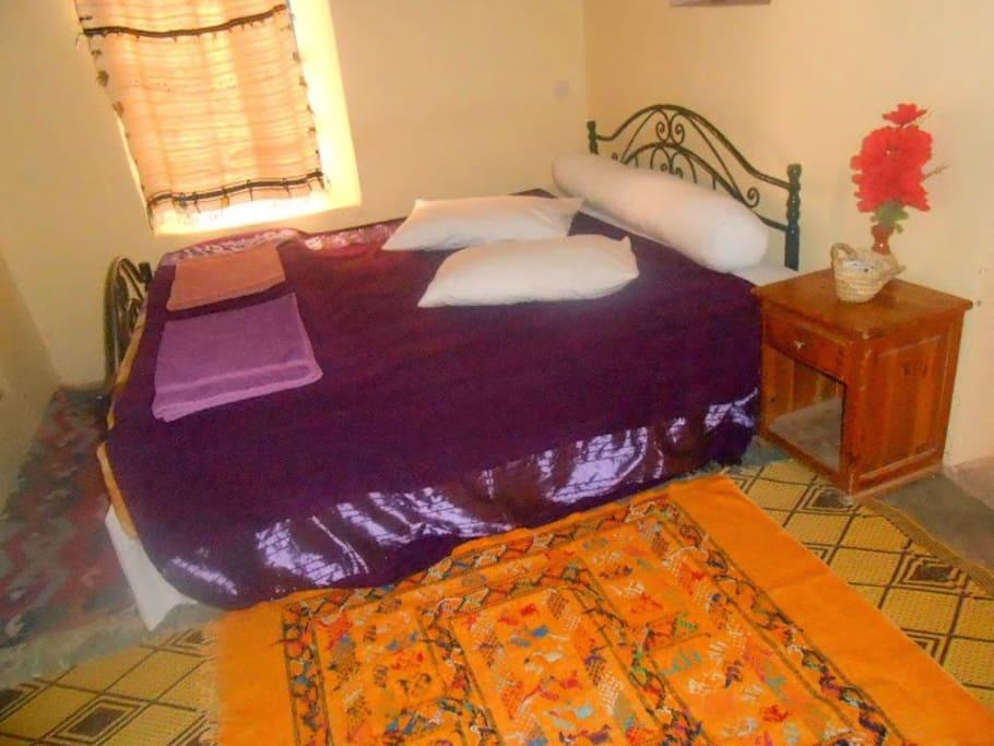 salle et grand lit